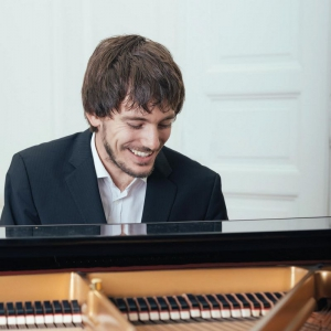 Peter Fischer — Piano & Vocals